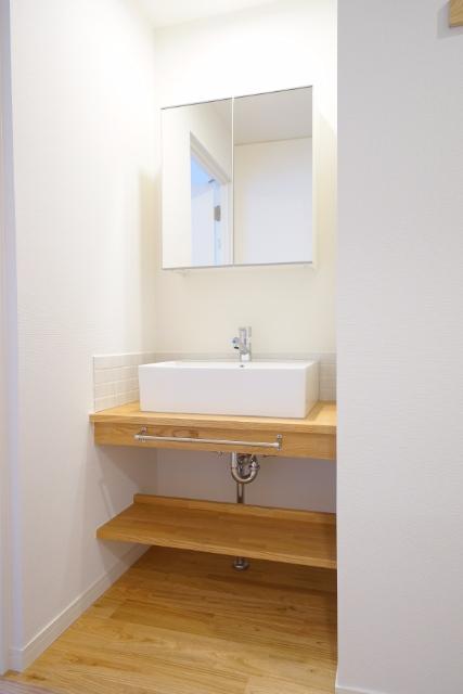 リノベーションで新設された独立洗面台